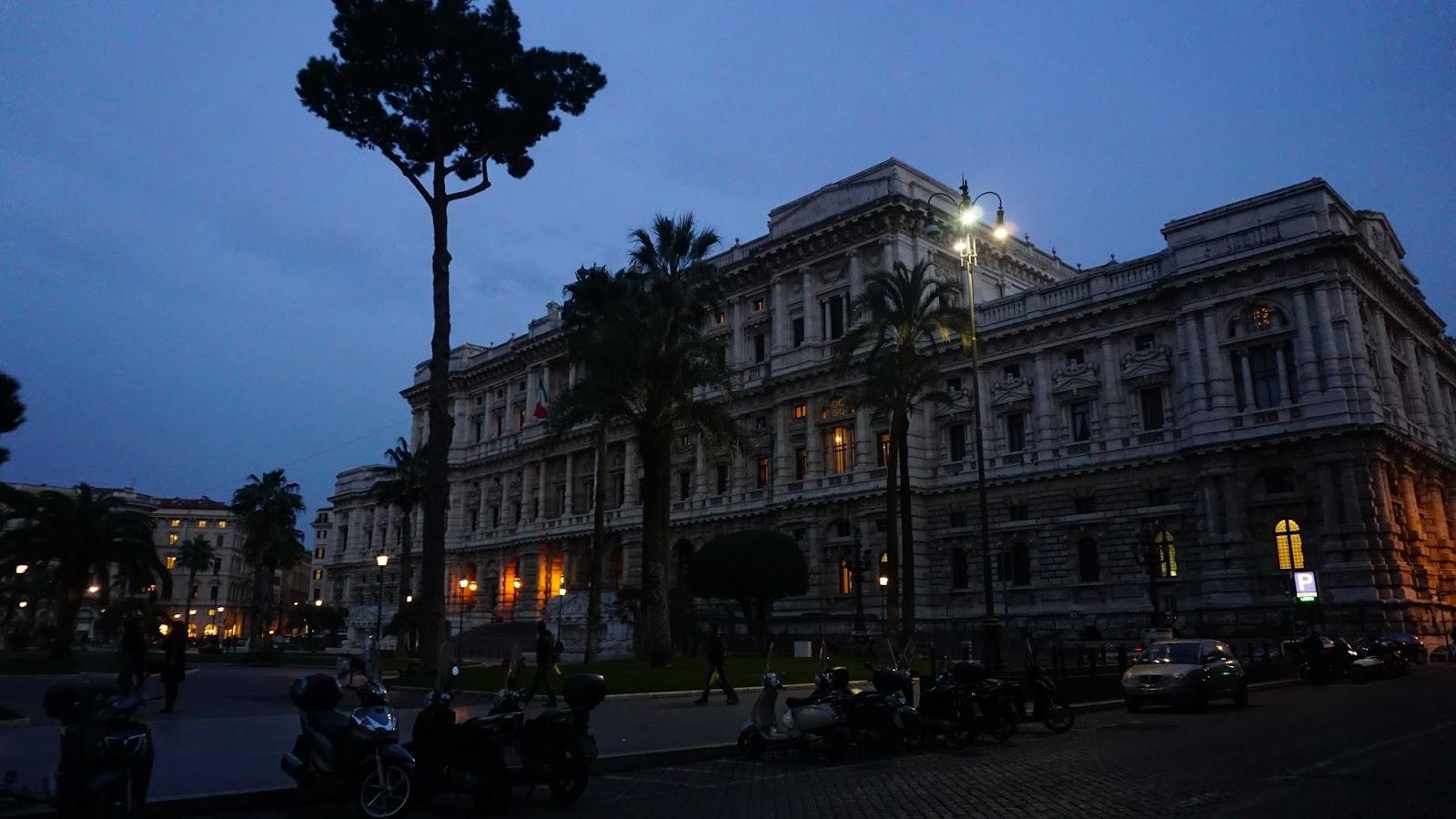 Piazza Cavour nocą, atrakcje Rzymu, podróż poślubna w Rzymie, gdzie na podróż poślubną