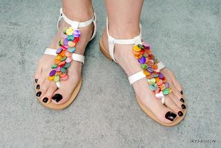 salah satu koleksi lemari sandal wanita yang kekinian