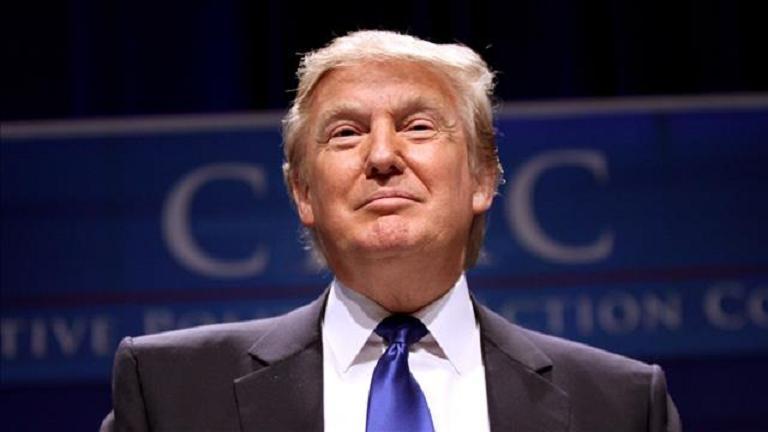 «ترامب» يفاجئ الحضور بزيه في حفل تنكري