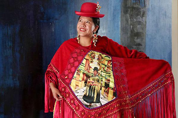 Alta moda boliviana homenajea al creador de los cholets