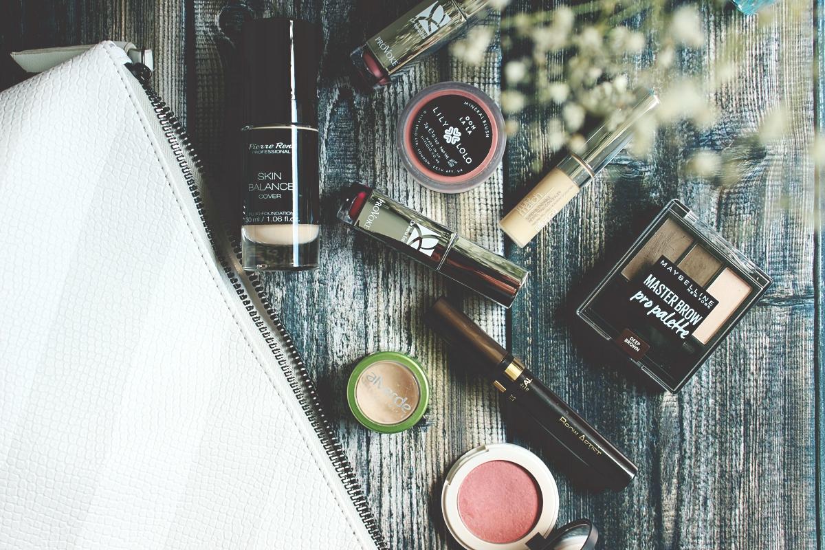letni czas co zabrać na wyjazd, jakie kosmetyki na wyjazd, kosmetyczka na wakacje 6