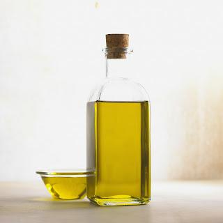 Olio d'oliva e cura delle unghie abbinati al bicarbonato e al limone. Una sana cura e pulizia mantiene le unghie giovani e idratate.