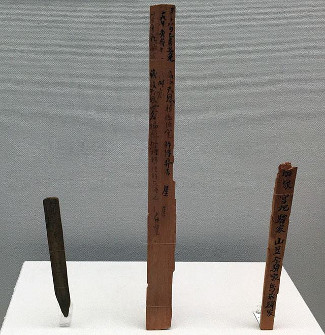 浜松博物館に常設展示される複製木簡、左から浜津木簡、具注歴木簡、過所木簡(2017年4月28日撮影)