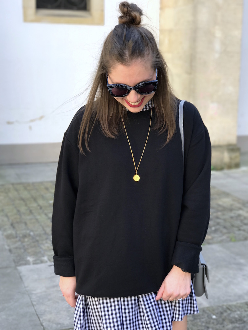 sweat noir H&M, robe vichy Shein, collier Amour, sac like Chloé, lunette de soleil Jimmy Fairly
