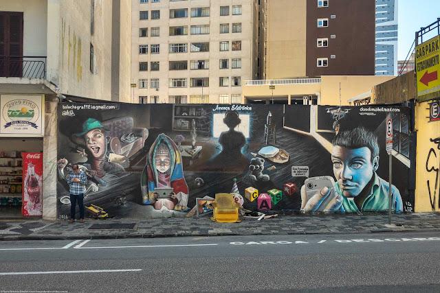 """Grafite """"Ameaça Eletrônica"""", na Rua Emiliano Perneta."""