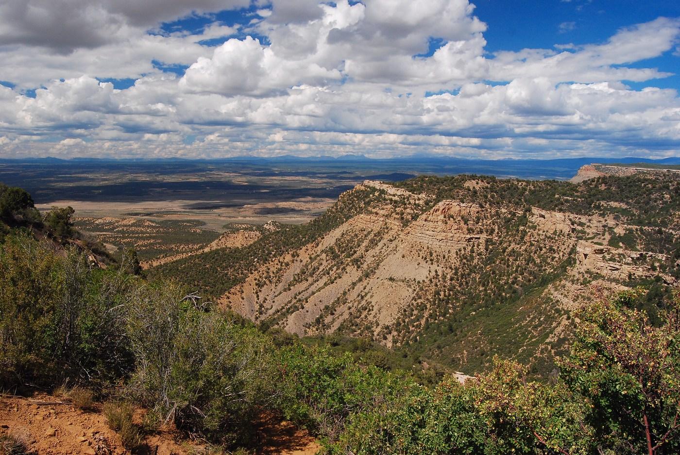 Une vue depuis le sommet de la cuesta vers les plaines du Colorado en contrebas.