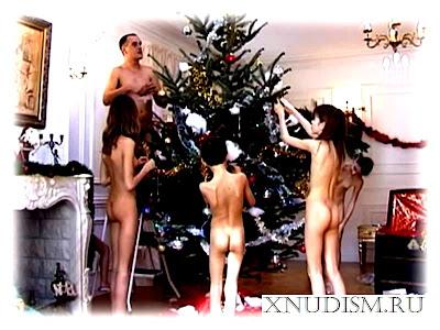 Семья нудистов с детьми празднуют рождество – домашнее видео семейного нудизма