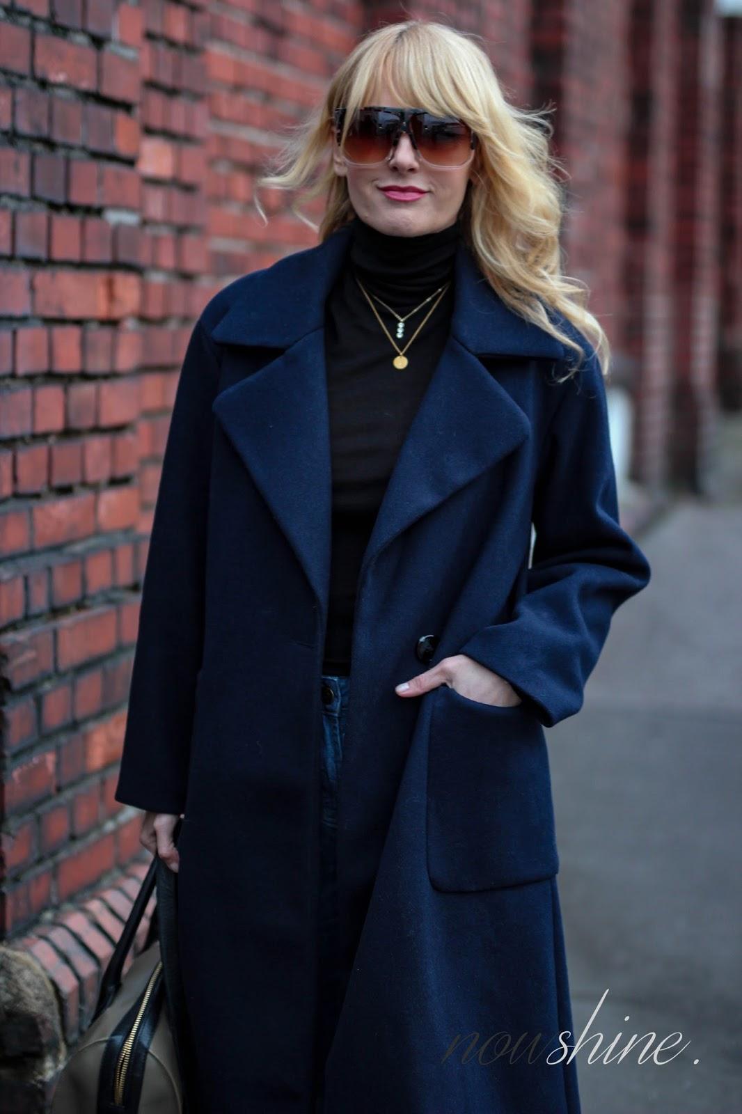 Nowshine ü40 Blog trägt einen langen, oversize Mantel von Mango