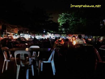 Keluarga Makan Di Melayu Square