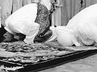 Bacaan Niat Sholat Isya, Subuh, Dhuhur, Ashar dan Maghrib yang Benar!