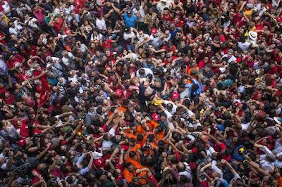 Lula nos braços do povo, na foto de Francisco Proner