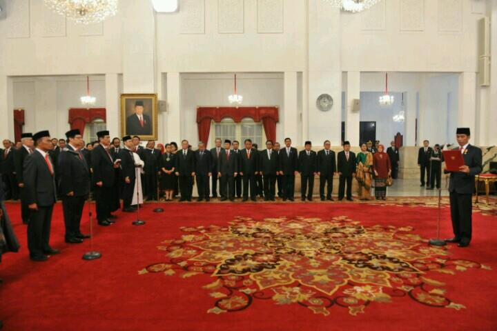 Presiden Jokowi melantik para menteri baru hasil reshufle