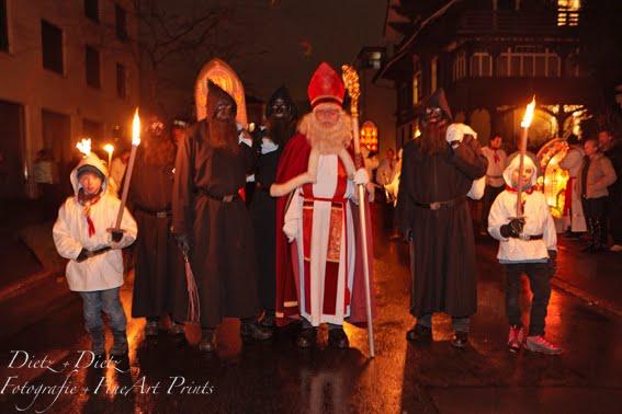 Küssnachter Klausjagen - Nikolaus begleitet von Fackelträgern und den Schmutzlis