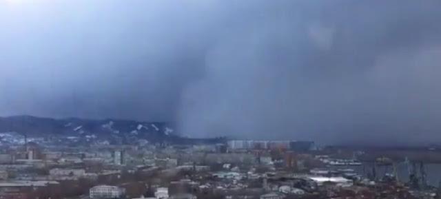 Απίστευτο: «Tσουνάμι χιονιού» κάλυψε πόλη της Σιβηρίας (βίντεο)