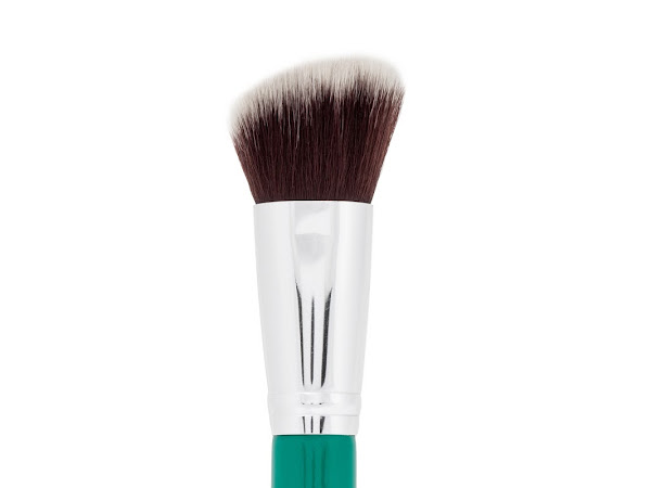 F21 Angled Contour Face Brush In Aquamarine Green