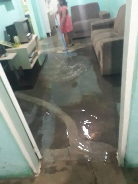 Chuva intensa alaga casas e ruas no município de Viçosa/RN
