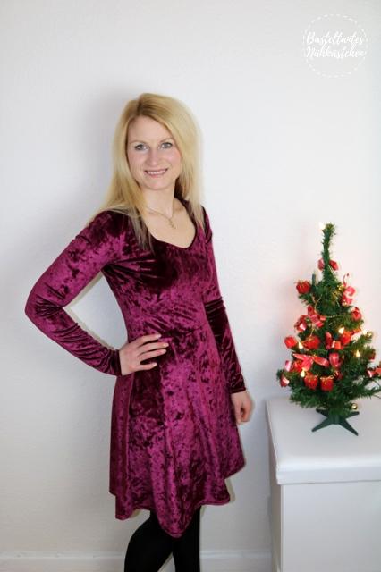 Frau in Kleid Ella von Pattydoo aus Nicki Bordeaux glänzend