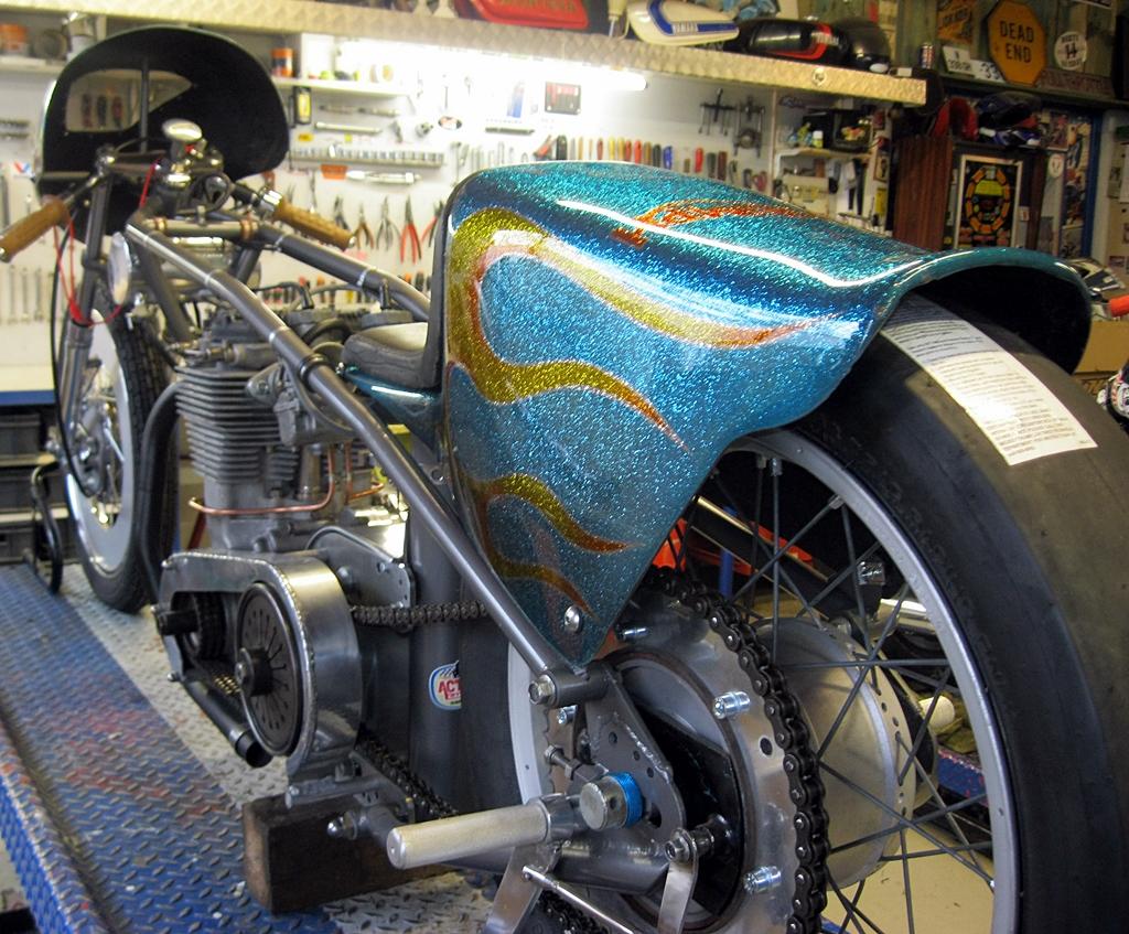 pr paration des motos de course des ann es 50 70 activa garage classic bikes. Black Bedroom Furniture Sets. Home Design Ideas
