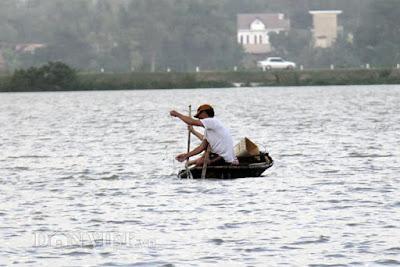 Quảng Ngãi Mang lưới vác nơm ra đồng kiếm cơm trong mùa lũ