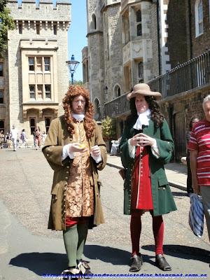 Figurantes vestidos de época en el patio de armas de la Torre de Londres.