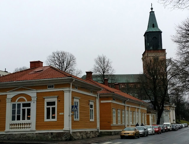 Turku, Tuomiokirkko, keltainen puutalo