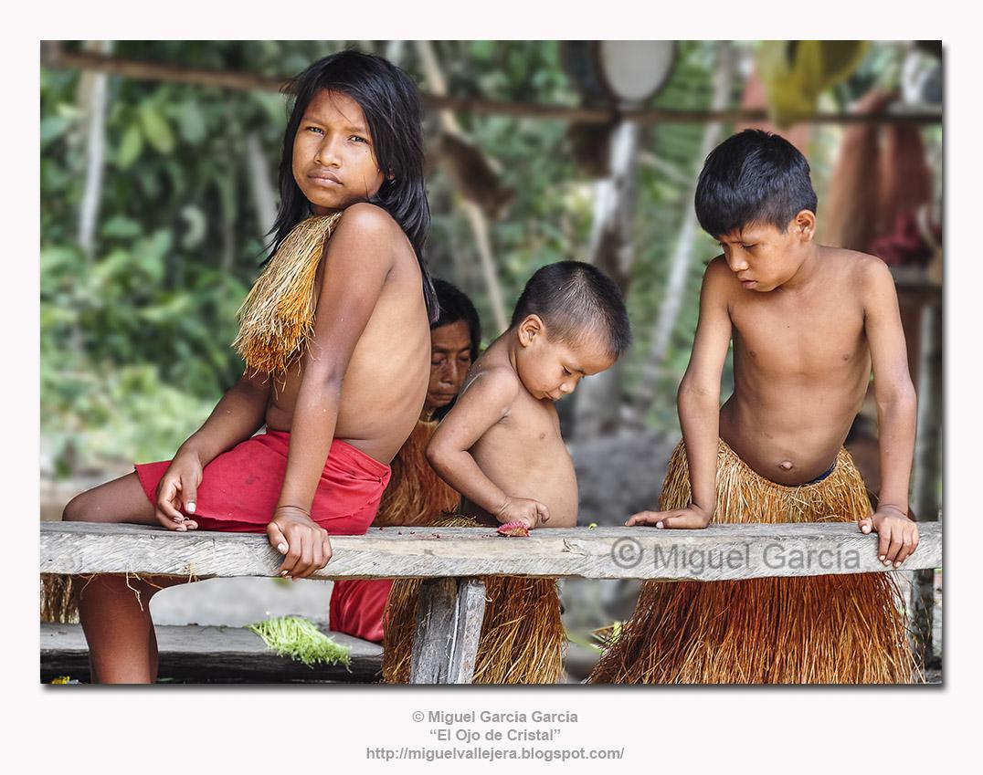 Los Yaguas. Niños jugando mientras su hermana observa.