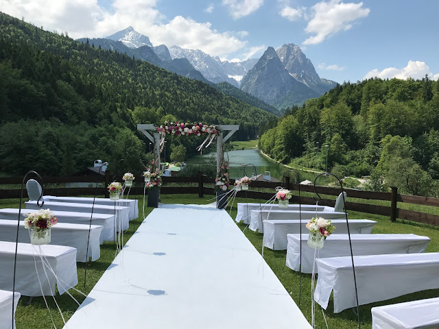 wedding ceremony,  shades of raspberry and apricot, lake-side wedding in the Bavarian mountains, Garmisch-Partenkirchen, Germany, wedding venue Riessersee Hotel, wedding planner Uschi Glas, getting married abroad