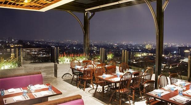 Menikmati Hidangan di Kepler Sky Lounge & Bar Grand Mercure Bandung