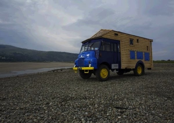 04-External-View-Roger-Beck-Architecture-with-the-Timber-Tiny-House-1954-Goddess-Firetruck-www-designstack-co
