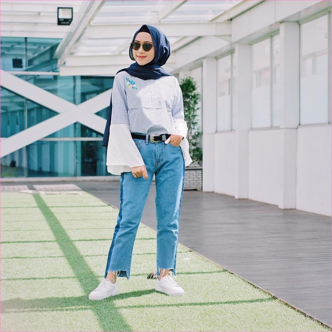 Outfit Baju Top Blouse Untuk Hijabers Ala Selebgram 2018 bell sleeve blouse stripe abu muda celana jeans denim biru muda sobek kets sneakers putih hijab pashmina diamond biru dongker ciput rajut hitam ikat pinggang ootd