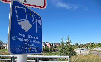 """Estados Unidos comienza a probar una nueva tecnología de internet inalámbrico, denominada """"Super Wifi"""", más potente y de mayor alcance, que podría llevar internet de alta velocidad a las zonas rurales. Rob Lever/ AFP La Comisión Federal de Comunicaciones de Estados Unidos (FCC) abrió la puerta al desarrollo de esta red en 2010, mediante la autorización del uso de las frecuencias no utilizadas del espectro para la televisión. El denominado """"Súper Wifi"""" fue probado por primera vez en Houston (Texas centro-sur) en la Universidad de Rice, y luego este año en Wilmington, (Carolina de Norte, sureste). Además, un proyecto denominado"""