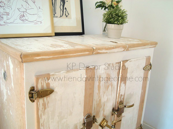 Tienda vintage valencia de muebles estilo nórdico, piezas únicas, nevera de hielo antigua de madera