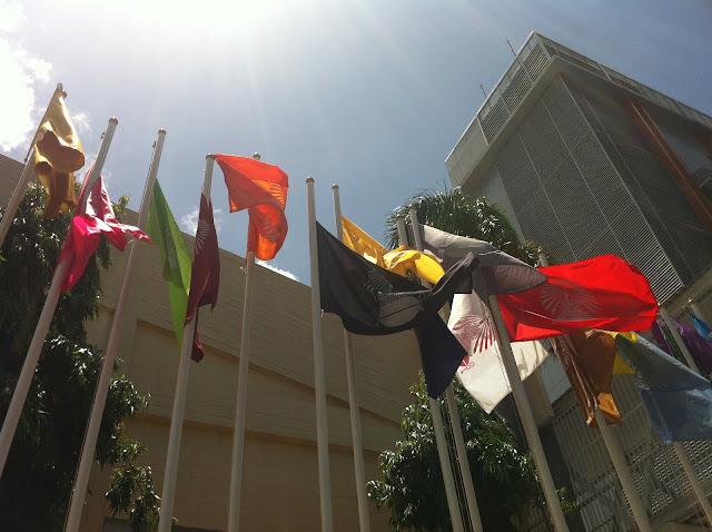 Banderas hondeando al viento