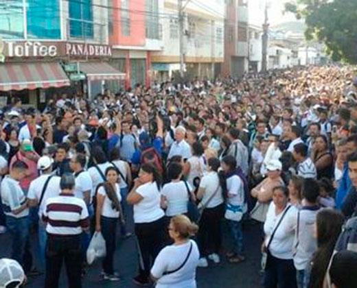 """""""Y va a caer, este gobierno va a caer"""", el grito de venezolanos que cruzan la frontera por comida"""