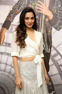 Kiara Advani Pos at Bharat Ane Nenu Success Meet 7