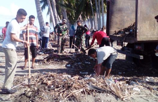 Camat Bontosikuyu Gandeng Danramil-Kapolsek, Mahasiswa, Karang Taruna, Dan, PiS.COM, Bersihkan Pantai Tile-Tile