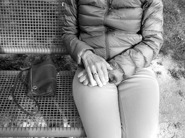 Ma Maman assise sur un banc