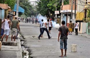 Resultado de imagen para Protestas violentas entre policias y manifestantes en barrio capotillo