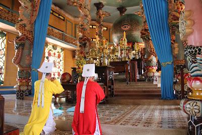 Ojo divino en el altar del templo de Tay Ninh