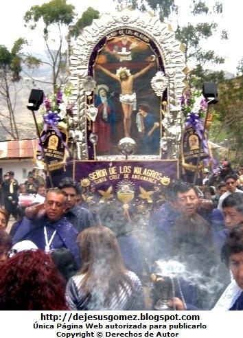 Foto: La Hermandad de Cargadores del Señor de los Milagros en plena labor y con mucha fé. Foto de Procesión del Señor de los Milagros de Jesus Gómez