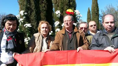 Delegación de AES portando una bandera de España