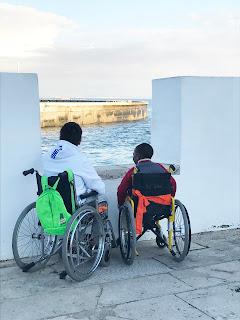 Dois alunos observam o mar nas ameias do Farol Museu de Santa Marta