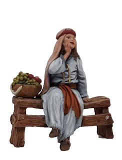 niña sentada en banco de madera para belenes de 12 cm.