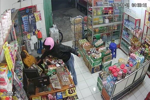 Terekam CCTV Aksi Pencurian Saat Penjaga Toko Tertidur Pulas di Bukit Tinggi ini Viral Mendunia
