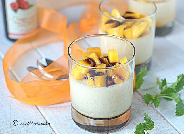 Panna cotta con mango e crema di aceto balsamico al lampone