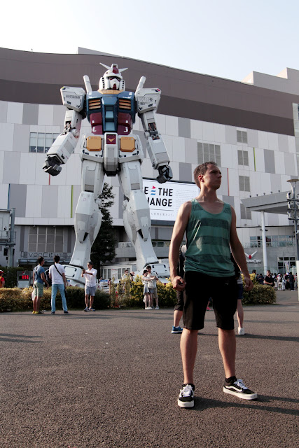 Alberto con una estatua de Gundam a tamaño real en Odaiba