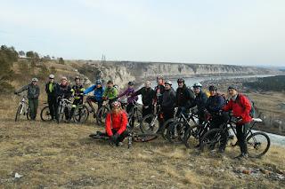 Велосипедисты на скале реки Белая