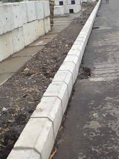 fungsi kanstin beton trotoar jalan car stopper
