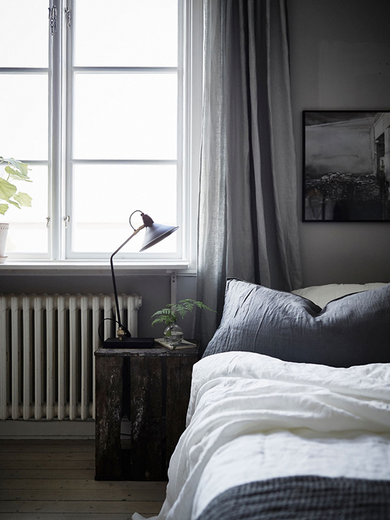 Calm bedrooms in dark grey hues | Jonas Berg