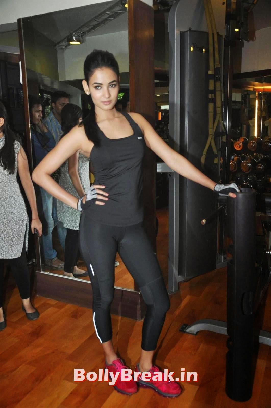 , Sonal Chauhan Gym Workout Hot Photos in Black Tight Dress
